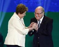 """Presidente Dilma Rousseff cumprimenta o presidente da FIFA Joseph Blatter durante cerimônia de sorteio das chaves da Copa do Mundo do ano que vem. Dilma disse estar confiante com as chances da seleção brasileira e previu que será a """"Copa das Copas"""". 06/12/2013 REUTERS/Sergio Moraes"""