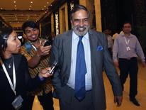 El ministro de Comercio de la India, Anand Sharma, camina hacia una reunión de la Novena Conferencia Ministerial de la Organización Mundial de Comercio (OMC) en Nusa Dua, en el resort indonesio de Bali. 7 de diciembre 2013. La aprobación de la mayor reforma del comercio global en dos décadas parecía estar muy cerca de concretarse el sábado, luego de que India, el país que mostraba más resistencia, brindó su apoyo a un borrador presentado por el jefe de la OMC. REUTERS/Edgar Su (INDONESIA - POLITICA NEGOCIO)