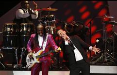 """Robin Thicke (R) performs """"Blurred Lines"""" with Verdine White of Earth, Wind & Fire at The Grammy Nominations Concert Live - Countdown to Music's Biggest Night event at Nokia theatre in Los Angeles December 6, 2013. REUTERS/Mario Anzuoni"""