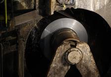 Usine ThyssenKrupp de Duisbourg en Allemagne. ThyssenKrupp conservera ses aciéries européennes, selon un porte-parole qui réagissait aux conjectures évoquant une vente pour faciliter la restructuration en cours. /Photo prise le 29 novembre 2013/REUTERS/Ina Fassbender