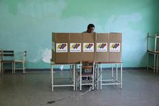 Homem vota em eleições municipais em Caracas, Venezuela. 8/12/2013 REUTERS/Carlos Garcia Rawlins