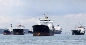 Нефтяные танкеры у берегов Сингапура 18 апреля 2012 года. Цены на нефть растут при поддержке хорошей экономической статистики США и Китая - мировых лидеров в потреблении нефти. REUTERS/Tim Chong