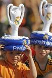 """Болельщики """"Реала"""" после победы команды в чемпионате Испании в Мадриде 18 июня 2007 года. Мадридский """"Реал"""" не смог в гостях одолеть представителя третьего дивизиона чемпионата Испании """"Олимпик"""" из Хативы в первом матче 1/16 Кубка Испании, завершив матч нулевой ничьей. REUTERS/Victor Fraile"""