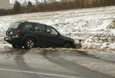 Внедорожник на обочине федеральной трассы 66 у Манассаса, Вирджиния 8 декабря 2013 года. Снежная буря, ранее заморозившая юго-восточную часть США, достигла Восточного побережья, став причиной проблем на дорогах и отмены авиарейсов. REUTERS/Gary Cameron