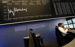Трейдер на торгах биржи во Франкфурте-на-Майне 27 ноября 2013 года. Европейские фондовые рынки разнонаправленны на фоне сильных внешнеторговых показателей Китая и опасений, что ФРС в ближайшее время начнет сокращать стимулы. REUTERS/Kai Pfaffenbach