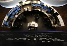 Les Bourses européennes consolident lundi à la mi-séance. À Paris, le CAC 40 recule de 0,41% à 4.112,47 points vers 12h00 GMT. À Londres, le FTSE cède 0,25% mais à Francfort le Dax avance de 0,09%. /Photo d'archives/REUTERS/Lisi Niesner