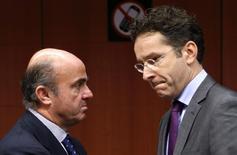 """Le ministre espagnol de l'Economie Luis de Guindos (à gauche), en compagnie du ministre luxembourgeois des Finances et président de l'Eurogroupe Jeroen Dijsselbloem. Réunis lundi à Bruxelles, les ministres des Finances de la zone euro cherchent un compromis permettant de boucler avant la fin de l'année un accord cadre sur la """"résolution bancaire"""", censé rompre enfin le lien entre les difficultés des Etats et celles des établissements financiers. /Photo prise le 9 décembre 2013/REUTERS/François Lenoir"""