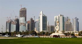 Las obras de construcción de la casa matriz de la petroleras Qata Petroleum en Doha, abr 8 2013. Tres firmas estatales del Golfo Pérsico están considerando una oferta conjunta por una participación minoritaria en la unidad de Occidental Petroleum Corp en la región Oriente Medio y norte de Africa, un acuerdo podría tener un valor entre 8.000 y 10.000 millones de dólares, dijeron tres fuentes bancarias. REUTERS/Fadi Al-Assaad