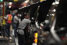 Unos trabajadores en la planta de General Motors en Silao, México, nov 25 2008. La producción de automóviles en México se contrajo un 3.5 por ciento interanual en noviembre mientras que las exportaciones subieron en 2.3 por ciento, dijo el lunes la asociación de fabricantes de vehículos del país. REUTERS/Henry Romero/Files