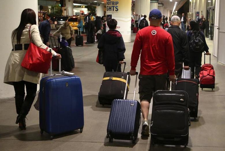 Passengers walk through Los Angeles International Airport November 22, 2013. REUTERS/Jonathan Alcorn