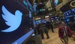 Логотип Twitter отображается на экране на Нью-Йоркской фондовой бирже 8 ноября 2013 года. Акции Twitter выросли более чем на 9 процентов в понедельник и достигли самой высокой с момента проведения IPO отметки после сообщений о выпуске новых продуктов, которые могут подтолкнуть прогноз выручки. REUTERS/Brendan McDermid