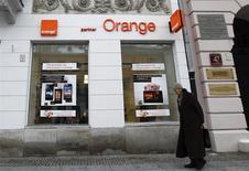 Devant un magasin Orange à Varsovie. TPSA, filiale d'Orange et premier opérateur de téléphonie fixe en Pologne, a lancé un programme ouvrant la porte à 2.950 départs volontaires d'ici la fin de 2015 dans le cadre de sa stratégie d'amélioration de la rentabilité. /Photo prise le 12 février 2013/REUTERS/Peter Andrews