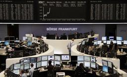 Трейдеры на торгах юиржи во Франкфурте-на-Майне 28 ноября 2013 года. Европейские фондовые рынки растут, пока инвесторы ждут решения ФРС о сокращении стимулирующей программы. REUTERS/Remote/Stringer
