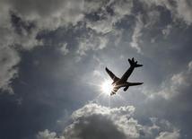 Un passager d'un vol d'ExpressJet, qui s'était endormi, s'est réveillé enfermé dans un avion vide et sombre garé sur l'aéroport Bush Intercontinental à Houston. Les agents au sol de la compagnie l'ont libéré quelques heures après l'atterrissage. /Photo d'archives/REUTERS/Luke MacGregor
