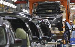 Dans l'usine GM de Bekasi, dans les environs de Djakarta. General Motors a l'ambition de se faire une place à côté des constructeurs japonais sur le marché automobile indonésien qui, aux yeux du géant américain, pourrait bientôt connaître le même boom qui avait porté les ventes de voitures en Chine il y a dix ans. /Photo d'archives/REUTERS/Enny Nuraheni