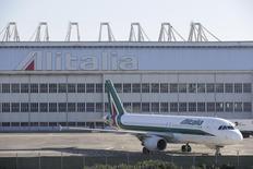 Selon une source proche du dossier, Alitalia a mené à bien son projet d'augmentation de capital de 300 millions d'euros, à la faveur notamment d'un investissement de la Poste italienne au capital de la compagnie aérienne italienne en difficulté. /Photo prise le 10 décembre 2013/REUTERS/Max Rossi