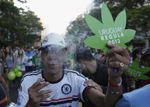 """Люди на """"Последней демонстрации с нелегальной марихуаной"""" в Монтевидео 10 декабря 2013 года. Уругвай стал первой страной, легализовавшей выращивание, продажу и курение марихуаны и ставшей пионером в социальном эксперименте, за которым будут внимательно следить другие страны. REUTERS/Andres Stapff"""