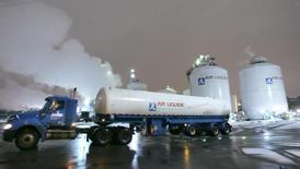 Air Liquide prévoit de réaliser jusqu'à 2015 une croissance de ses ventes supérieure à celle du marché des gaz industriels soutenu par des investissements ciblés et la mise en oeuvre de son programme de réductions de coûts. /Photo d'archives/REUTERS/J.P. Moczulski