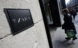 Женщина заходит в магазин Zara в Барселоне 5 ноября 2013 года. Владелец крупнейшего в мире производителя одежды Zara, компания Inditex, сообщила в среду о росте продаж на 10 процентов в первые шесть недель четвертого квартала, тогда как чистая прибыль за девять месяцев осталась на прежнем уровне. REUTERS/Albert Gea