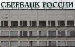 Реклама Сбербанка на здании в Ставрополе 27 ноября 2013 года. Сбербанк предоставит финансирование в размере 20 миллиардов рублей для двух проектов российского девелопера Интеко, 5 процентов в котором принадлежит одному из подразделений госбанка. REUTERS/Eduard Korniyenko