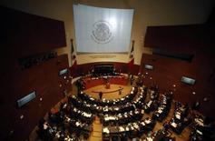 Senadores debatem projeto de lei que reforma o setor de energia do México, na Cidade do México. O Senado do México aprovou em termos gerais na noite de terça-feira um projeto de lei do setor de energia que vai abrir a indústria petrolífera estatal ao capital privado, num esforço para reverter cerca de uma década de produção de petróleo em queda. 10/12/2013. REUTERS/Henry Romero