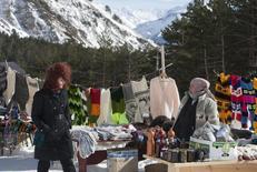 Женщина торгует одеждой и сувенирами у склона горы Эльбрус 3 февраля 2013 года. Потребительские цены в РФ выросли за период с 3 по 9 декабря на 0,1 процента по сравнению с ростом на 0,2 процента неделей ранее, сообщил Росстат. REUTERS/Kazbek Basayev