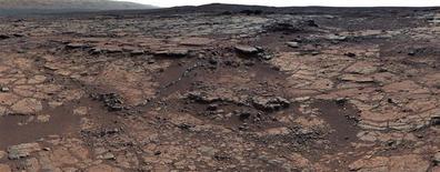 """Imagen del 24 de diciembre de 2012. Escena parte de un mosaico de 111 imágenes tomadas por la sonda """"Curiosity"""" en Marte. Científicos han encontrado evidencias de un antiguo lago de agua dulce en Marte que pudo haber desarrollado vida microbiana, dijeron el lunes investigadores. REUTERS/NASA/Entregada vía Reuters IMAGEN PROVISTA POR UN TERCERO. SOLO PARA USO EDITORIAL. NO PARA USOS PUBLICITARIOS O CAMPAÑAS DE PUBLICIDAD. IMAGEN DISTRIBUIDA EXACTAMENTE COMO FUE RECIBIDA POR REUTERS, COMO UN SERVICIO A CLIENTES."""