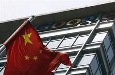 Foto del 2 de junio de 2011. Una bandera de China ondea frente a las antiguas oficinas de Google China en Pekín. Google Inc abrió el miércoles sus dos primeros centros de datos en Asia para atender a los mercados de consumo de tecnología de más rápido crecimiento en el mundo, pero la compañía dijo que no tiene planes de abrir sedes en China ni en la India. REUTERS/Jason Lee