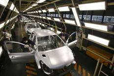 Peugeot employees work on the assembly line at the Dongfeng PSA Peugeot Citroen factory in Wuhan, capital of central China's Hubei province, November 17, 2006. CHINA OUT REUTERS/Stringer
