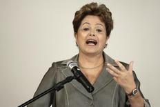Presidente Dilma Rousseff durante cerimônia de assinatura do decreto de desapropriação de terras dadas a comunidades quilombolas, no Palácio do Planalto, em Brasília. Dilma disse nesta quarta-feira que o recente acordo na Organização Mundial do Comércio (OMC) coloca na ordem do dia a necessidade de competitividade e produtividade da economia brasileira. 5/12/2013. REUTERS/Ueslei Marcelino