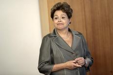 Presidente Dilma Rousseff durante cerimônia em que assinou decreto de transferência de propriedade de terras para comunidades quilombolas, no Palácio do Planalto, em Brasília. Dilma disse nesta quarta-feira que o recente acordo na Organização Mundial do Comércio (OMC) coloca na ordem do dia a necessidade de competitividade e produtividade da economia brasileira. 5/12/2013. REUTERS/Ueslei Marcelino