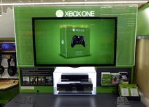 Selon Microsoft, plus de deux millions d'exemplaires de sa nouvelle console de jeu vidéo Xbox One ont été écoulés en 18 jours. Son concurrent Sony revendique 2,1 millions d'unités vendues en 15 jours pour la PS4. /Photo prise le 26 novembre 2013/REUTERS/Kevork Djansezian
