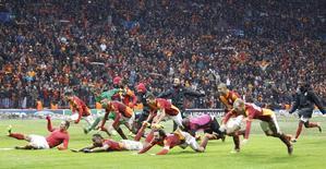 Jogadores do Galatasaray comemoram vitória contra a Juventus, em Istambul. Com um gol de Wesley Sneijder no final da partida, o Galatasaray derrotou a Juventus por 1 x 0 nesta quarta-feira e se classificou para as oitavas de final da Liga dos Campeões, eliminando o time italiano em jogo que foi retomado após interrupção na véspera por causa da neve. 11/12/2013 REUTERS/Osman Orsal