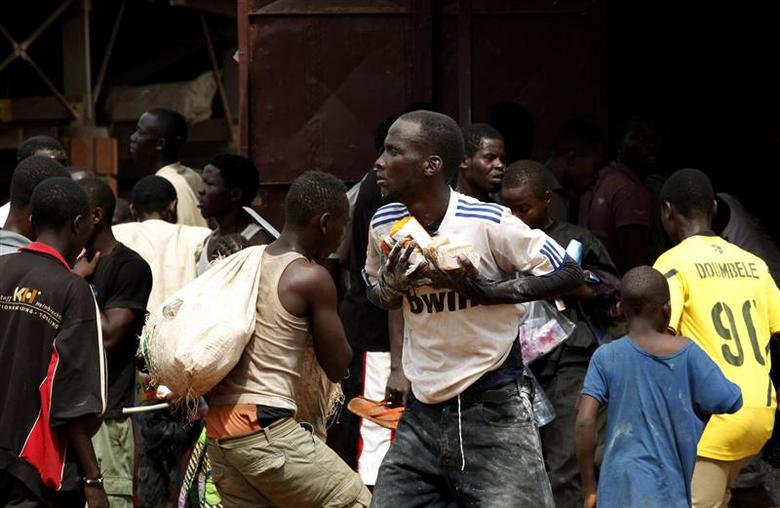People are seen looting in Bangui, the capital of Central African Republic, December 10, 2013. REUTERS/Emmanuel Braun