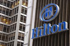Гостиница Hilton Midtown в Нью-Йорке 7 июня 2013 года. Американская Hilton Worldwide Holdings Inc, владеющая и управляющая сетью отелей и курортов, привлечет от IPO $2,34 миллиарда, вернувшись на открытый рынок примерно через шесть лет после выкупа группой Blackstone. REUTERS/Andrew Kelly