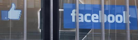 Логотип и символ из соцсети Facebook в Нью-Йорке 4 мая 2012 года. Акции Facebook Inc будут учтены при подсчете биржевого индекса S&P 500 после окончания торгов 20 декабря, что закрепит статус социальной сети как одной из самых крупных и влиятельных американских компаний. REUTERS/Lee Celano