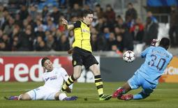 Marseille goalkeeper Steve Mandanda (R) fails to catch the ball as Borussia Dortmund's Robert Lewandowski scores the first goal against Olympique Marseille during their Champions League soccer match at the Velodrome stadium in Marseille, December 11, 2013. REUTERS/Philippe Laurenson