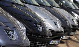 Automóveis usados da Peugeot estacionados em uma concessionária em Nice, na França. A montadora francesa PSA Peugeot Citroën anunciou nesta quinta-feira uma baixa contábil de 1,1 bilhão de euros (1,52 bilhão de dólares) em suas operações internacionais em dificuldades e ganhou apoio da General Motors para uma aliança com a chinesa Dongfeng. 19/07/2012. REUTERS/Eric Gaillard