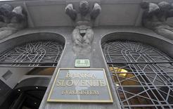 L'entrée du siège de la banque centrale de Slovénie, à Ljubljana. Les banques slovènes doivent être recapitalisées à hauteur de 4,758 milliards d'euros mais Ljubljana devrait pouvoir régler cette somme sans avoir à faire appel à une aide internationale. /Photo prise le 12 décembre 2013/REUTERS/Srdjan Zivulovic
