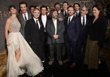 """Elenco e membros da equipe posam na estréia do filme """"O Hobbit: A Desolação de Smaug"""", em Los Angeles. """"O Hobbit: A Desolação de Smaug"""" não se desvia da sina dos """"capítulos do meio"""" das trilogias. Ou seja, a obrigação de manter aceso o fogo das batalhas à espera da resolução que só virá na conclusão da saga, no terceiro filme, """"O Hobbit: Lá e de Volta Outra Vez"""", com estreia marcada para o próximo ano. 02/12/2013. REUTERS/Phil McCarten"""