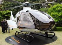 Le groupe britannique de services aériens Bond Aviation a annoncé jeudi avoir momentanément suspendu les vols de ses 38 hélicoptères EC135, des appareils conçus par Eurocopter, filiale d'EADS, en raison d'un défaut technique sur l'un d'eux. /Photo d'archives/REUTERS/Kyodo