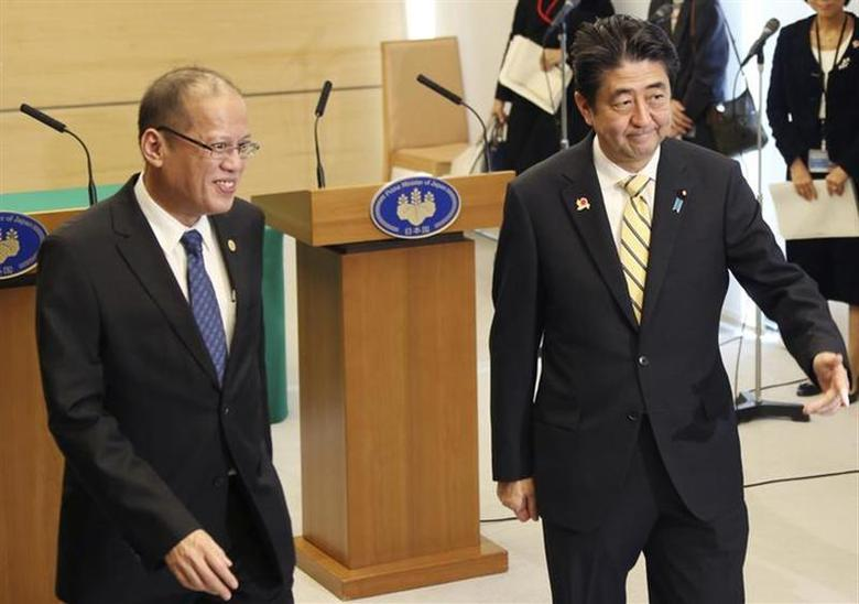 Philippines President Benigno Aquino (L) and Japanese Prime Minister Shinzo Abe leave after their joint news conference at the prime minister's official residence in Tokyo December 13, 2013. REUTERS/Koji Sasahara/Pool