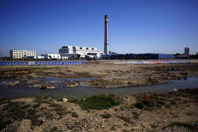 12月13日、中国は、北西部で6カ所の炭鉱と大規模な石炭火力発電所の建設を認可した。同地域では水不足と公害が懸念されている。写真は甘粛省ウーウェイの火力発電所。9月撮影(2013年 ロイター/Carlos Barria)