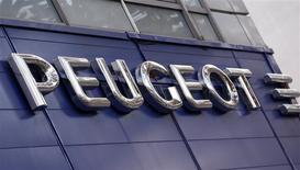 PSA Peugeot Citroën signe à nouveau une forte baisse vendredi à la Bourse de Paris après l'annonce de la sortie de General Motors du capital de son partenaire français. Depuis lundi soir, l'action a effacé près d'un milliard d'euros de sa capitalisation boursière. /Photo prise le 13 décembre 2013/REUTERS/Jacky Naegelen
