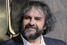 """El director Peter Jackson asiste al estreno de la película """"The Hobbit: The Desolation of Smaug"""" en Los Angeles. 2 de diciembre, 2013. La segunda entrega de la saga """"The Hobbit"""" encendió la taquilla durante su pre-estreno en la noche del jueves, al recaudar 8,8 millones de dólares en ventas de entradas en Estados Unidos, dijo el viernes el estudio Warner Bros. REUTERS/Phil McCarten (ESTADOS UNIDOS - ENTRETENIMIENTO)"""