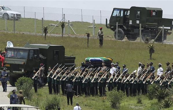 Former South African President Nelson Mandela's coffin arrives at the family gravesite for burial at his ancestral village of Qunu in the Eastern Cape province, 900 km (559 miles) south of Johannesburg, December 15, 2013. REUTERS-Siphiwe Sibeko