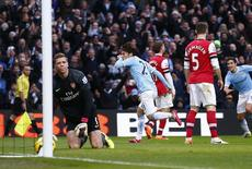 """Игрок """"Манчестер Сити"""" Давид Сильва (в центре) радуется голу, забитому в ворота """"Арсенала"""" в матче Премьер-лиги в Манчестере 14 декабря 2013 года. """"Манчестер Сити"""" уверенно переиграл дома лидера английской Премьер-Лиги лондонский """"Арсенал"""" и сократил отставание от него до 3 очков, а """"Ливерпуль"""" и """"Челси"""" - до 2. REUTERS/Darren Staples"""