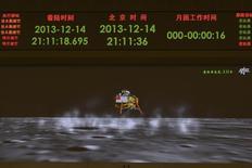 """Смоделированное на компьютере изображение совершающего посадку лунохода """"Нефритовый заяц"""" на экране Центра управления аэрокосмическими полетами в Пекине 14 декабря 2013 года. Китай стал третьей после бывшего СССР и США державой, чей космический аппарат совершил мягкую посадку на поверхность Луны и доставил на спутник Земли планетоход """"Юйту"""", или """"Нефритовый заяц"""", сообщили китайские СМИ. REUTERS/Stringer"""