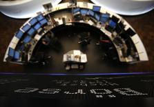 Les Bourses européennes évoluaient en moyenne en hausse de quelque 1% lundi à la mi-séance, portées par la publication d'indices PMI meilleurs que prévu pour la zone euro dans son ensemble. À Paris, le CAC 40 gagnait 0,87% à 4.095,03 points vers 11h55 GMT. À Francfort, le Dax avançait de 1,33% et à Londres, le FTSE prenait 0,54%. /Photo d'archives/REUTERS/Lisi Niesner