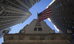 Les marchés d'actions américains ont ouvert en hausse lundi, soutenus par plusieurs opérations de fusions-acquisitions d'envergure, mais la prudence devrait rester de mise dans l'attente de la réunion du Comité de politique monétaire de la Réserve fédérale mardi et mercredi. Quelques minutes après l'ouverture, le Dow Jones gagne 1,05%, le S&P-500 progresse de 0,82% et le Nasdaq prend 0,77%. /Photo d'archives/REUTERS/Carlo Allegri